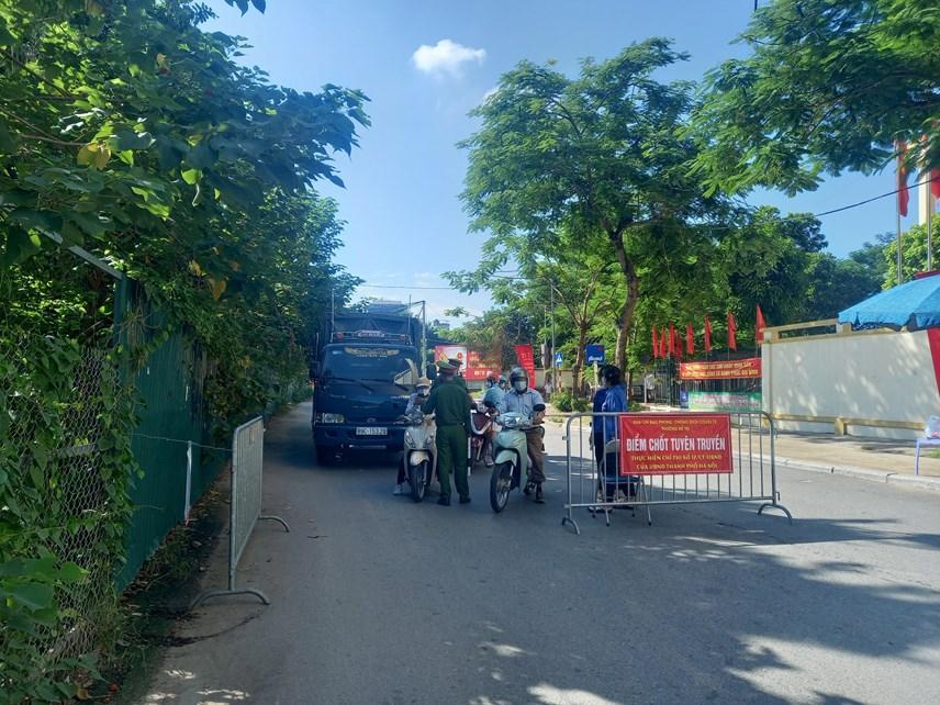 Lực lượng chức năng thực hiện nhiệm vụ tại chốt kiểm soát phố Đồng Me (Mễ Trì, Nam Từ Liêm).