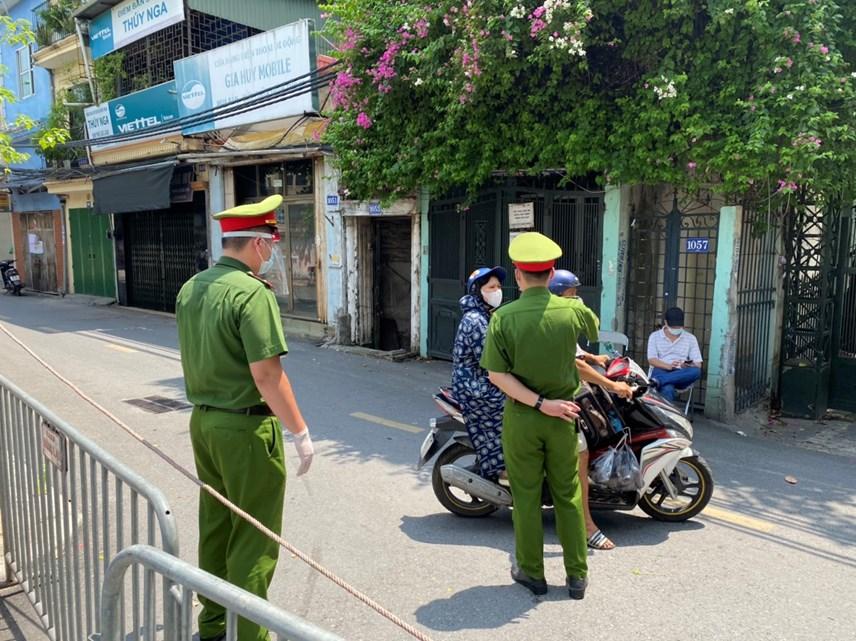 Tại các cửa khẩu trên địa bàn phường, các chốt kiểm soát dựng rào chắn, nhiều người dân phải quay về. Ảnh: Toàn Nghĩa.