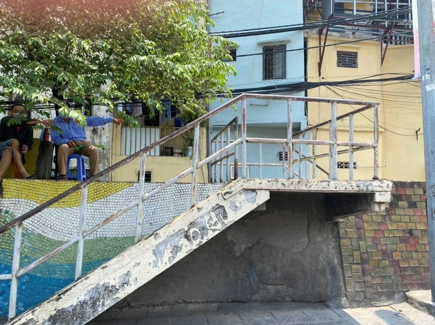 Để đảm bảo thực hiện tốt vùng cách ly y tế, tại các cầu thang bộ lên xuống đê, lực lượng chức năng cũng phân công, bố trí người trực. Ảnh: Toàn Nghĩa.