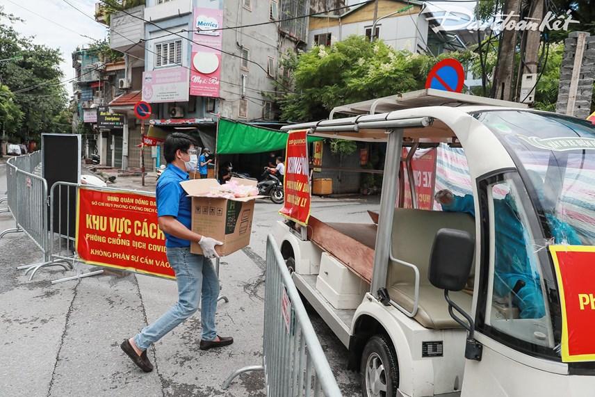 [ẢNH] Những suất ăn từ thiện đến tay người dân trong khu cách ly y tế - Ảnh 2