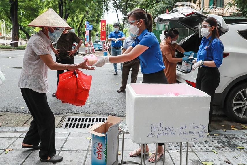 [ẢNH] Những suất ăn từ thiện đến tay người dân trong khu cách ly y tế - Ảnh 7