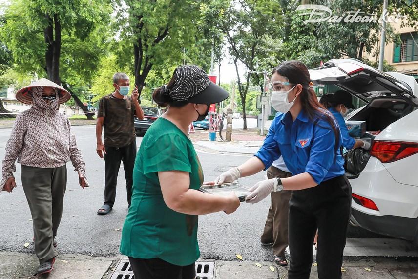 [ẢNH] Những suất ăn từ thiện đến tay người dân trong khu cách ly y tế - Ảnh 6