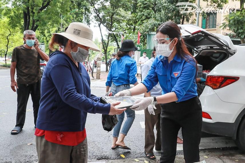 [ẢNH] Những suất ăn từ thiện đến tay người dân trong khu cách ly y tế - Ảnh 8