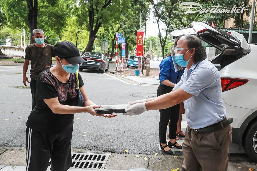 [ẢNH] Những suất ăn từ thiện đến tay người dân trong khu cách ly y tế - Ảnh 5