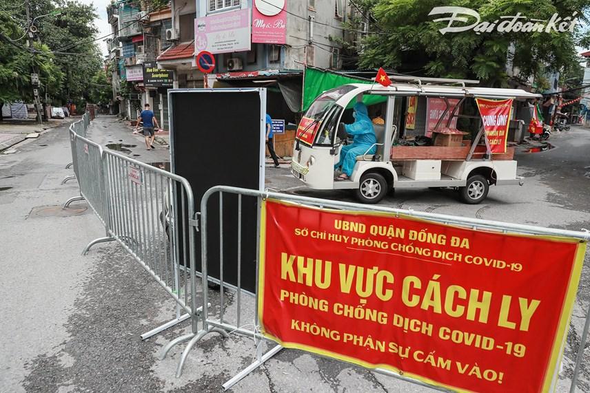 Các suất ăn được xếp lên xe cung ứng thực phẩm để đưa vào khu vực bên trong. Ảnh: Quang Vinh.