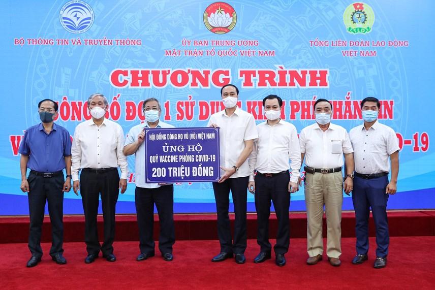 Phó Chủ tịch Phùng Khánh Tài tiếp nhậnủng hộ từ Hộiđồng dòng họ Vũ (Võ) Việt Nam.
