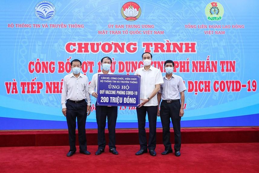 Phó Chủ tịch Phùng Khánh Tài tiếp nhận ủng hộ từ cán bộ, công chức, viên chức Bộ Thông tin và Truyền thông.