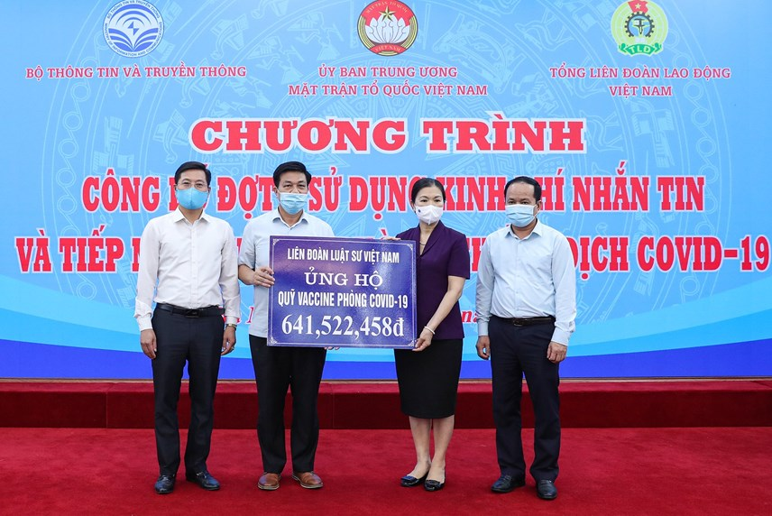 Phó Chủ tịch Trương Thị NgọcÁnh tiếp nhậnủng hộ từ Liênđoàn Luật sư Việt Nam.