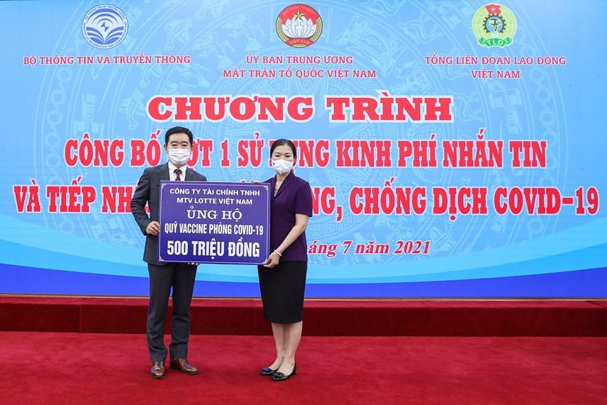 Phó Chủ tịch Trương Thị NgọcÁnh tiếp nhậnủng hộ từ Công ty Tài chính TNHH MTV Lotte Việt Nam.