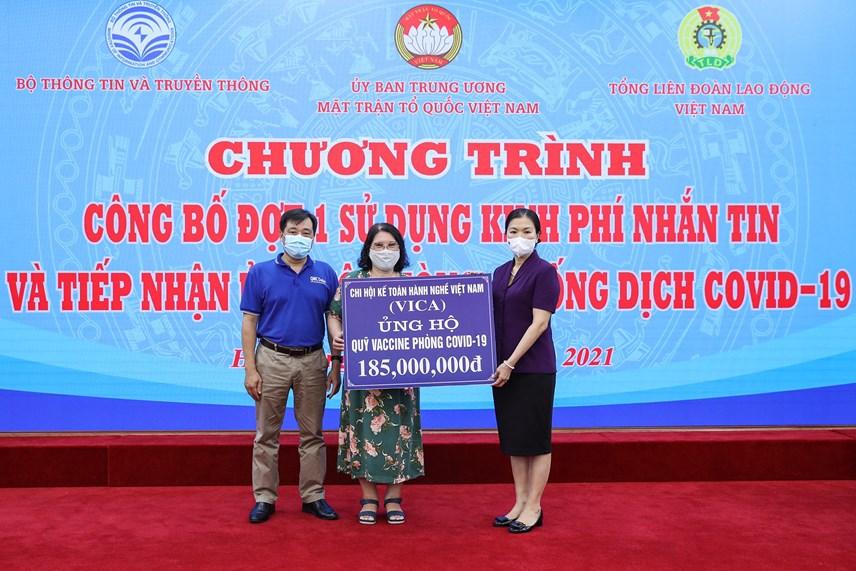 Phó Chủ tịch Trương Thị Ngọc Ánh tiếp nhận ủng hộ từ Chi Hội Kế toàn Hành nghề Việt Nam.