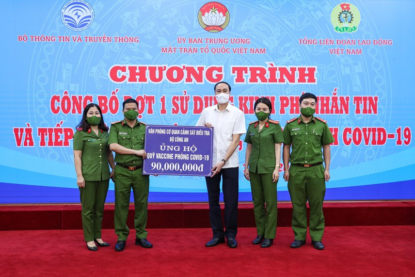 Phó Chủ tịch Phùng Khánh Tài tiếp nhận ủng hộ từ Văn phòng Cơ quan Cảnh sát điều tra Bộ Công an.