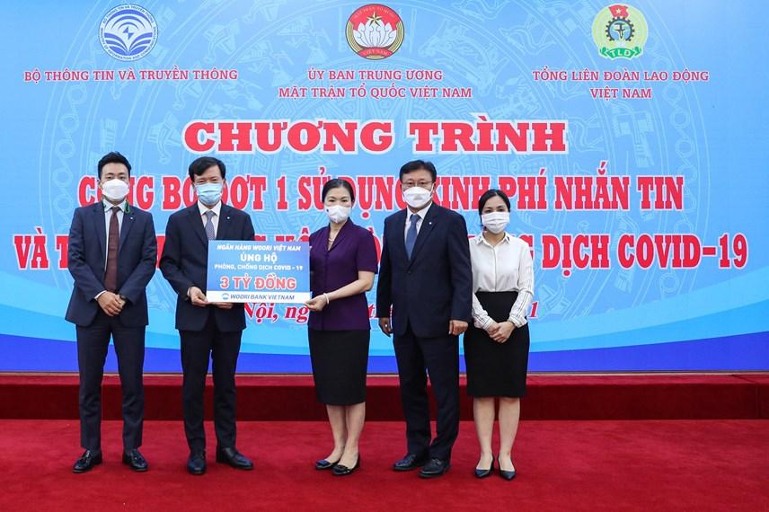 Phó Chủ tịch Trương Thị NgọcÁnh tiếp nhậnủng hộ từNgân hàng Woori Việt Nam.