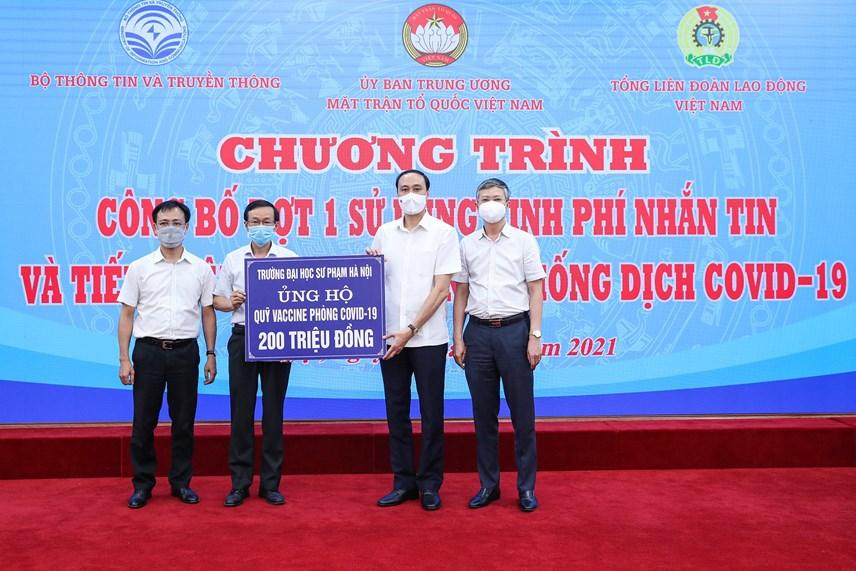 Phó Chủ tịch Phùng Khánh Tài tiếp nhận ủng hộ từ Trường Đại học Sư phạm Hà Nội.