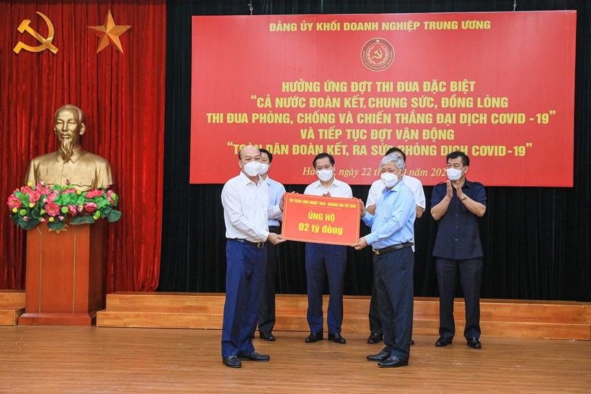 Bí thư Trung ương Đảng, Chủ tịch UBTƯ MTTQ Việt Nam Đỗ Văn Chiến tiếp nhận ủng hộ từ Tập đoàn Than - Khoáng sản Việt Nam.