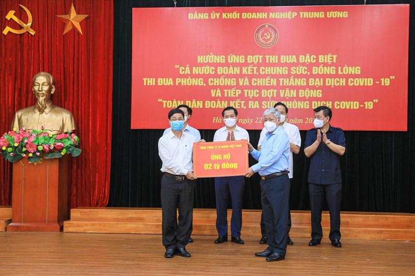 Bí thư Trung ương Đảng, Chủ tịch UBTƯ MTTQ Việt Nam Đỗ Văn Chiến tiếp nhận ủng hộ từ Tổng Công ty Xi măng Việt Nam.