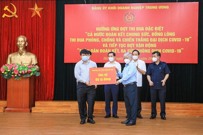 Bí thư Trung ương Đảng, Chủ tịch UBTƯ MTTQ Việt Nam Đỗ Văn Chiến tiếp nhận ủng hộ từ Ngân hàng TMCP Công thương Việt Nam.