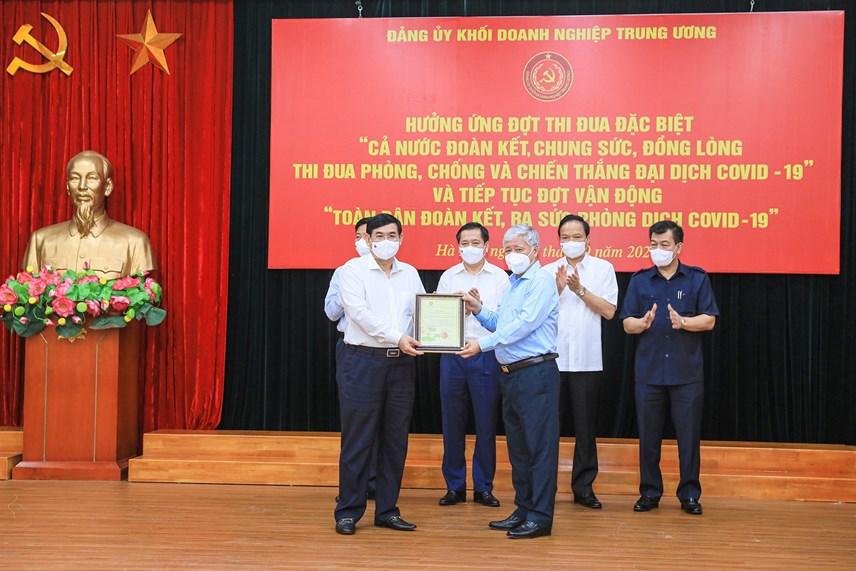 Bí thư Trung ương Đảng, Chủ tịch UBTƯ MTTQ Việt Nam Đỗ Văn Chiến trao thư cảm ơn các đơn vị tham gia ủng hộ.