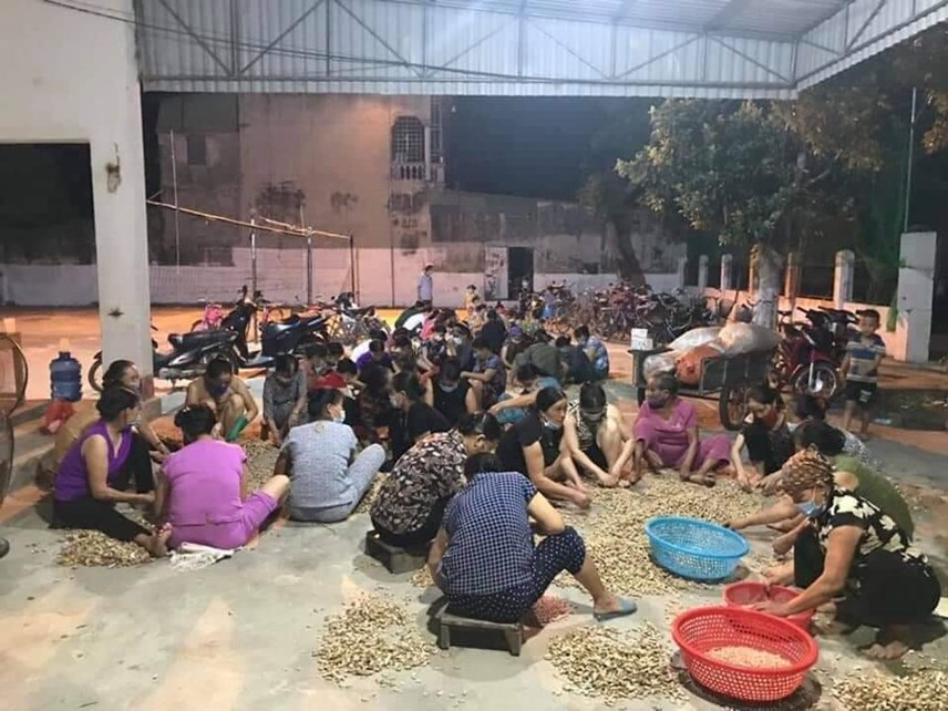 Người dân xã Quảng Thái (huyện Quảng Xương) bóc lạc xuyên đêm để tập kết, đưa vào TP Hồ Chí Minh.