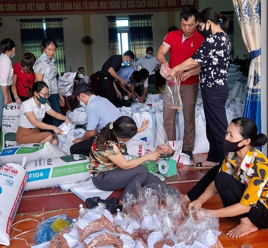 Bà con xã Minh Tân (huyện Vĩnh Lộc) góp gạo, lạc...gửi vào TP mang tên Bác.
