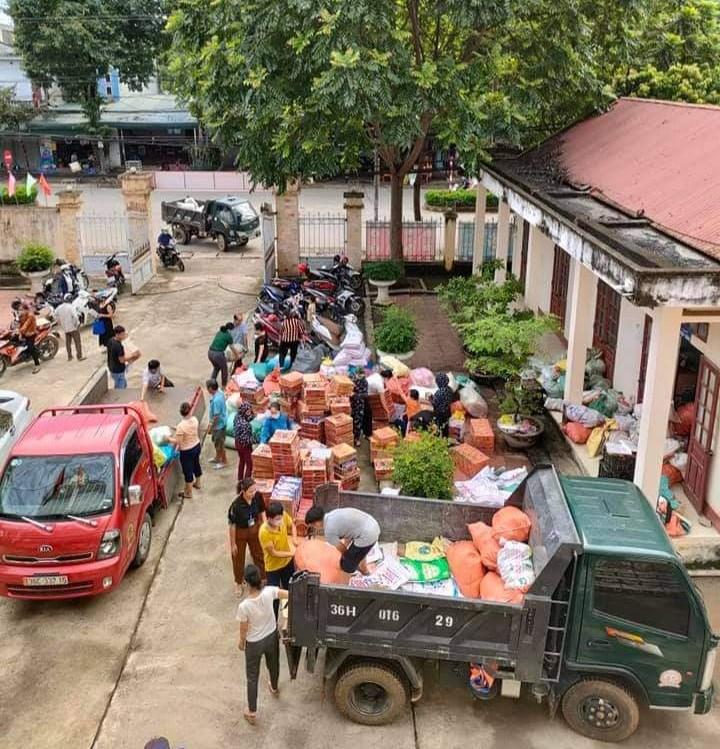 Những chiếc xe tải đầy ắp nhu yếu phẩm của người dân thị trấn Ngọc Lặc chuẩn bị lên đường tới điểm tập kết.