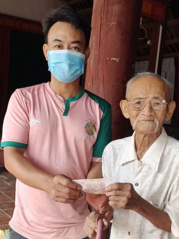 Cụ Hoàng Đình Toa gửi 50.000đ đến cán bộ thôn Thanh Xá nhằm giúp đồng bào TP Hồ Chí Minh chống dịch.