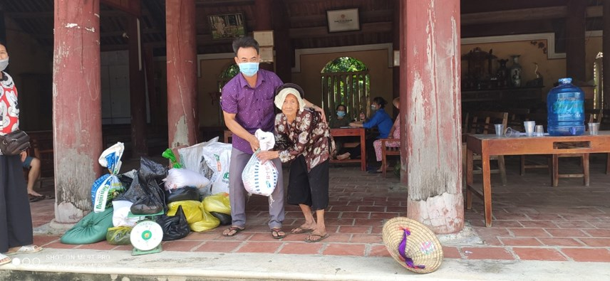 Cụ Hoàng Thị Nhâm chống gậy mang gạo ra đình làng ủng hộ bà con TP Hồ Chí Minh.