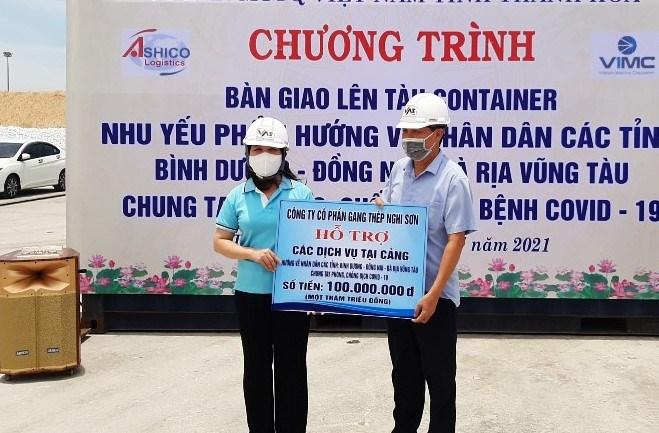 Bà Phạm Thị Thanh Thủy, Chủ tịch Ủy ban MTTQ tỉnh Thanh Hóa tiếp nhận số tiền ủng hộ từ các đơn vị.