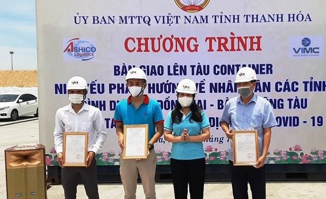 Chủ tịch MTTQ tỉnh Thanh Hóa tặng bằng khen cho các đơn vị đã hỗ trợ bốc xếp, vận chuyển hàng hóa.