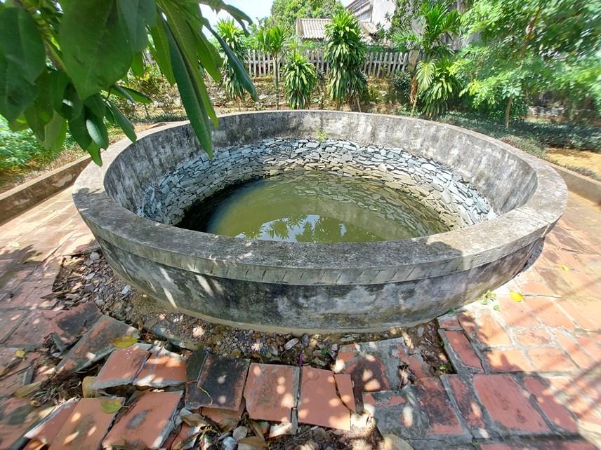 Giếng nước trong khuôn viên đình Phúc Điền.