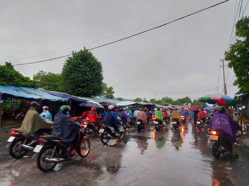 Người dân TP Thanh Hóa đi làm trong sáng ngày đầu tiên hết giãn cách xã hội.