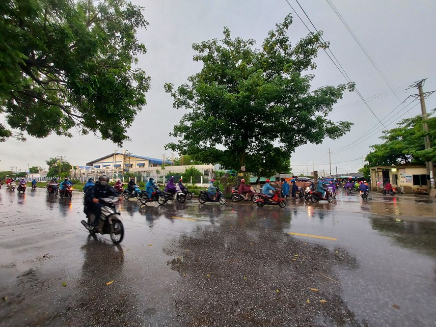 Công nhân di chuyển vào KCN Lễ Môn, phường Quảng Hưng để bắt đầu ngày làm việc mới.