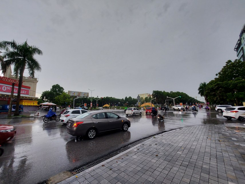 Lượng người qua lại tại ngã tư tượng đài Lê Lợi, khu vực tập trung nhiều cơ quan, đơn vị không đáng kể, điều này cho thấy, ý thức phòng chống dịch của người dân TP Thanh Hoá rất tốt.
