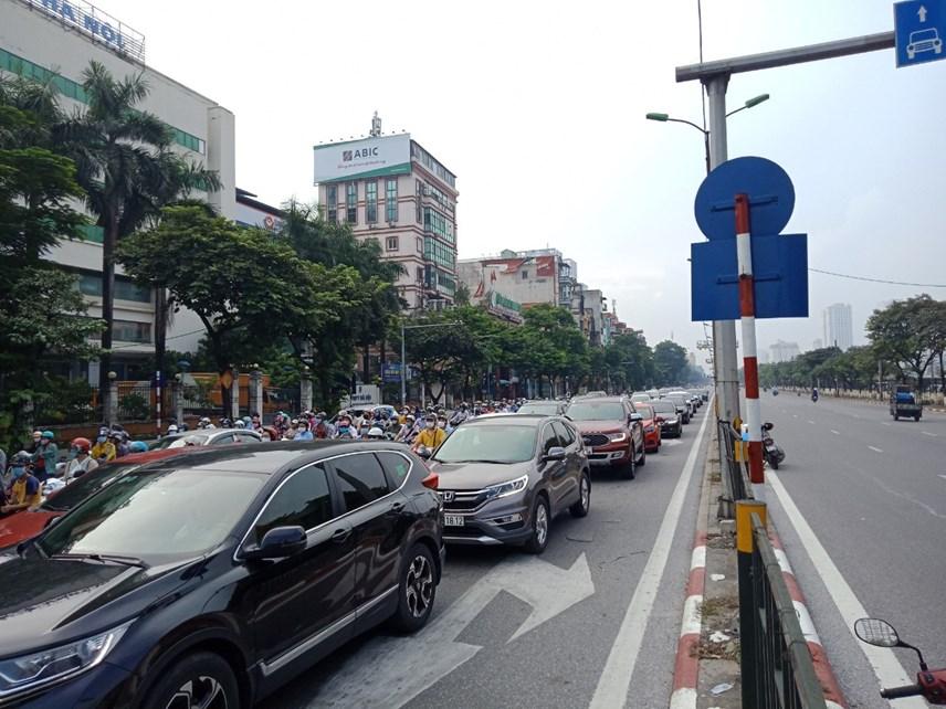 Tại khu vực ngã ba Giải Phóng - Kim Đồng (quận Hoàng Mai) lượng người cùng các phương tiện ô tô, xe máy đông đúc như ngày chưa giãn cách.