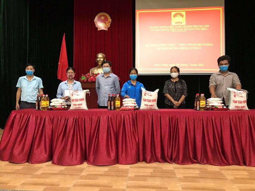 Ủy ban MTTQ huyện Ứng Hòa trao hỗ trợ cho người nghèo bị ảnh hưởng Covid - 19.