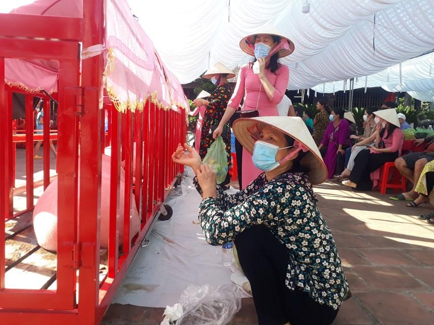 """Các """"Ông Voi"""" liên tục được tiếp nước và đồ ăn sau khi được rước từ UBND phường Trà Cổ về Đình giữa trời nắng nóng."""