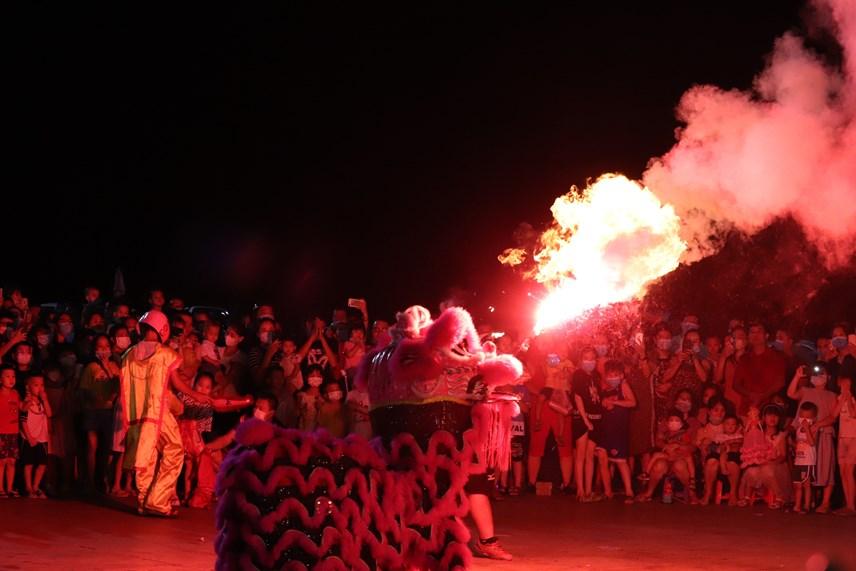Màn trình diễn múa lân ấn tượng tại Quảng trường 30/10.