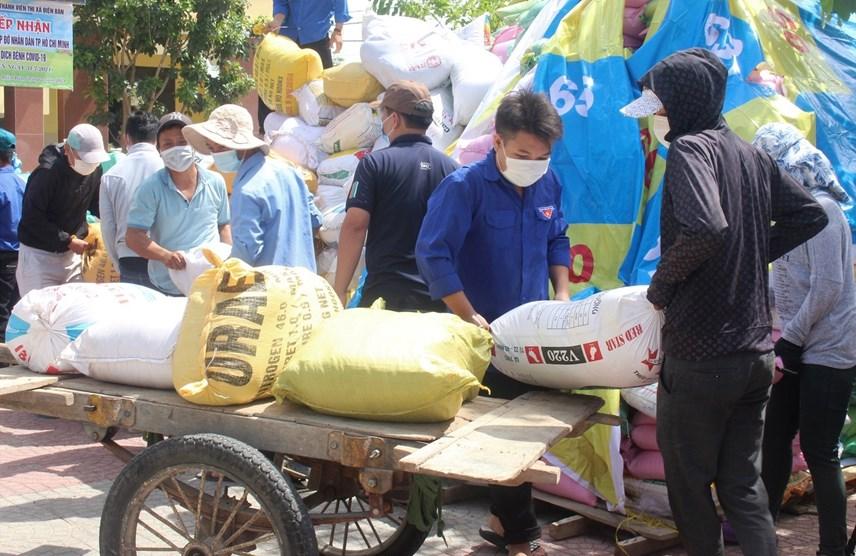 Đoàn thanh niên thị xã Điện Bàn đưa hàng hóa lên xe để vận chuyển vào TP HCM.