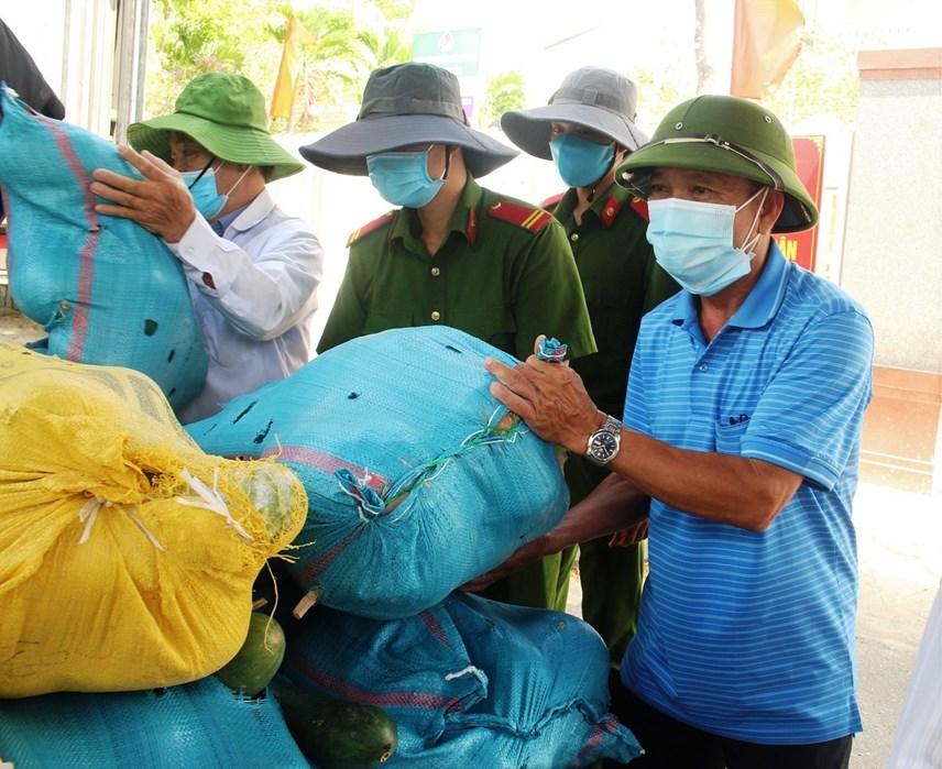 Lãnh đạo MTTQ Việt Nam thị xã Điện Bàn tham gia đưa lương thực, thực phẩm lên xe.