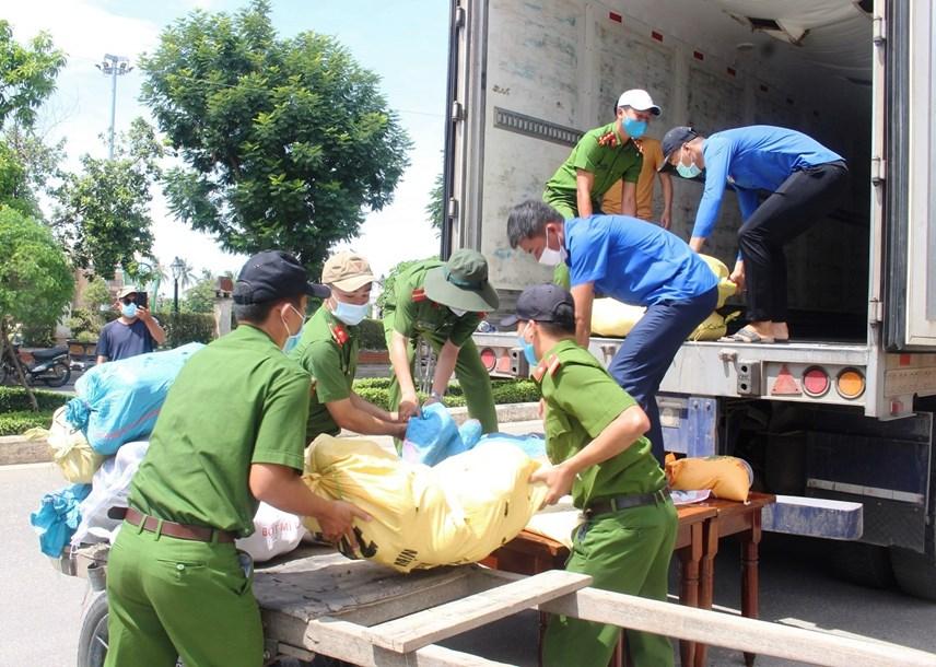 Lực lượng Công an giúp đưa nhu yếu phẩm lên xe.