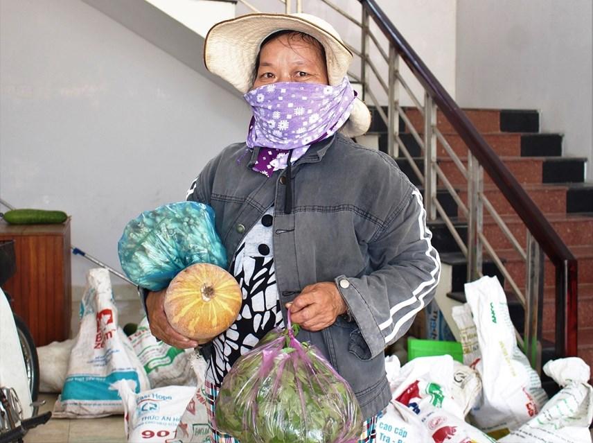 Bà Liên đem lương thực phẩm đến ủng hộ bà con TP HCM.