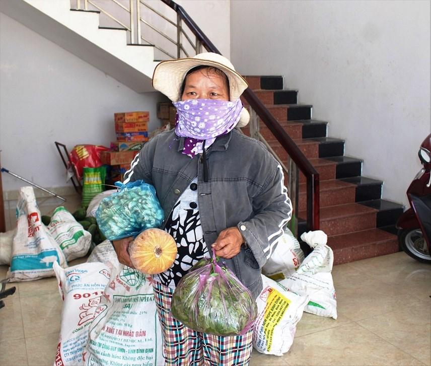 Người dân đem lương thực đến nơi ủng hộ.