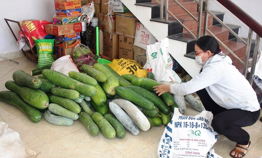 Rất nhiều loại rau, củ quả bà con đem đến ủng hộ.