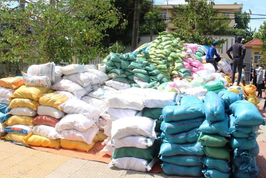 Nhiều hàng hóa được tập kết để sẵn sàng lên xe chuyển vào nam.