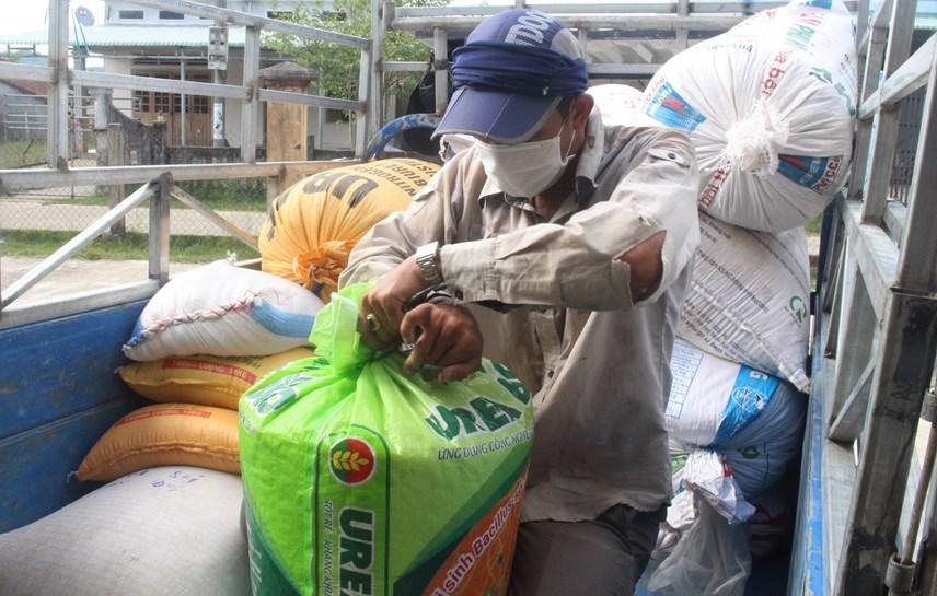 Người dân xã Tam Dân vận chuyển lương thực ủng hộ bằng xe ba gác.