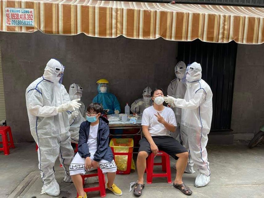 Lấy mẫu xét nghiệm tại quận Tân Phú.