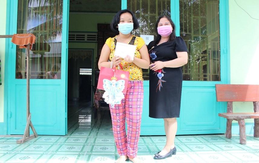 Bà Trần Thị Xuân Mai, Giám đốc Sở LĐTB&XH Cần Thơ trao quà Tết Trung thu cho trẻ em.