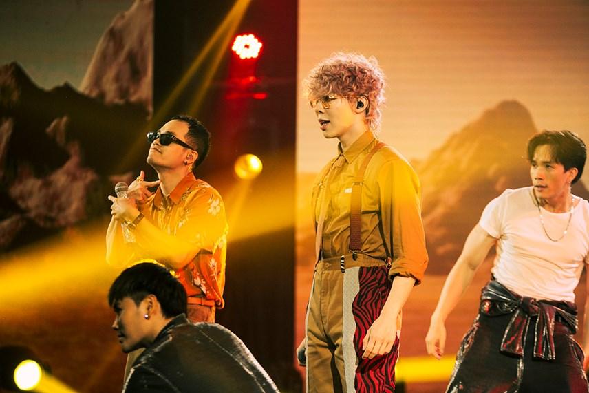 Sự xuất hiện bất ngờ của Master Khắc Hưng khiến cho phần trình diễn thêm cuốn hút.