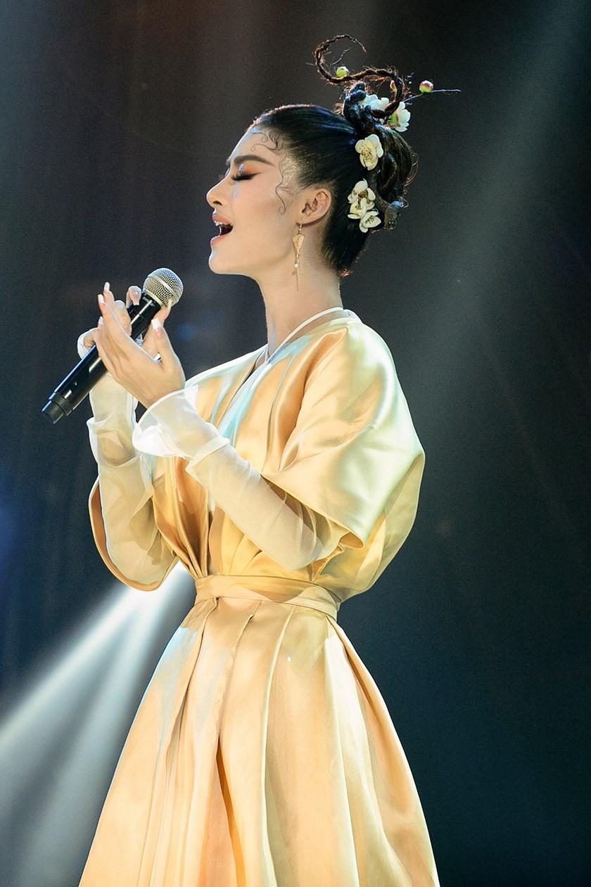 Lona ngày càng chứng tỏ mình không phải tay mơ trong âm nhạc.