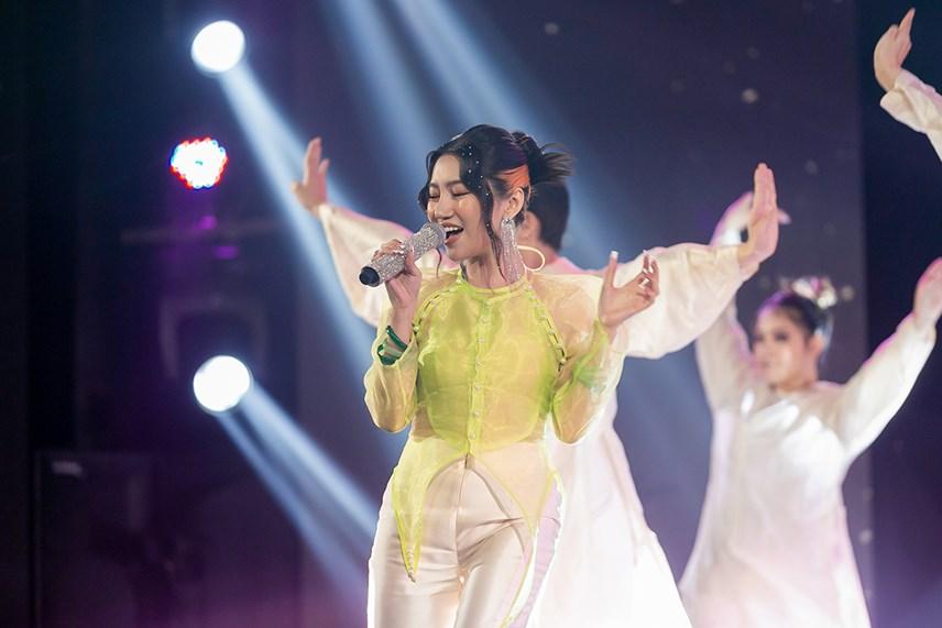 Orange tự sáng tác ca khúcVè nói ngược để chinh phục các vị giám khảo.