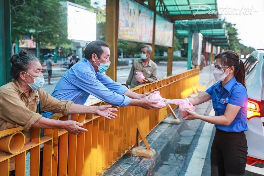 Điểm đến tiếp theo của đoàn là khu vực chân cầu Long Biên. Tại đây, có rất nhiều người lao động bị ảnh hưởng do không thể mưu sinh trong những ngày Hà Nội thực hiện giãn cách. Ảnh: Quang Vinh.
